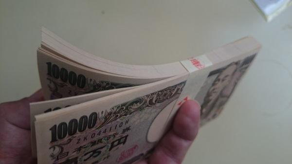 1万円札が100枚で100万円の束