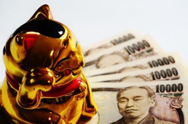 金色の招き猫と1万円の札束