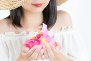 カラフルなお花を持った女性