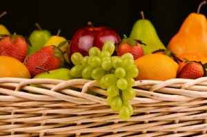 果物がいっぱい乗った籐のカゴです